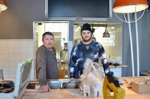 Pappa Mikael Thunholm och sonen Filip Thunholm inreder och renoverar krogen inför premiären.