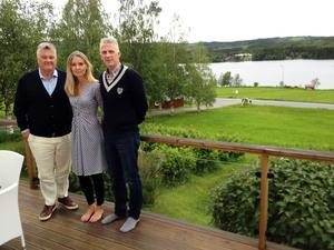 Nu släpps de första sex husen till försäljning i projekt Kaxås. Från vänster ser vi grundaren Dan Olofsson och projektmotorerna Karin Bångman och Bert-Ola Bångman.