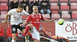 Arvid Brorsson i en duell med Kalmars Moestafa El Babir på Behrn arena.