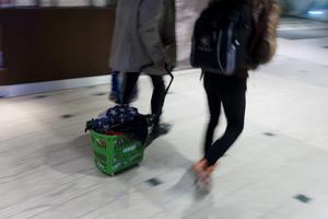 Som konsument har du möjligheten till ett aktivt val: att flytta handen på butikshyllan till den regionala och svenskproducerade maten, skriver debattförfattarna.