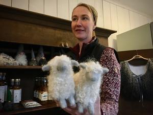 Dessa får, i tovat ull från gården, tillverkas av Carinas systers svärmor.