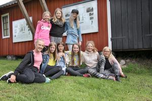 Det här gänget är med i teaterensemblen. För en del av dem är det första gången som de medverkar. Ståendes till vänster: Julia Målfors, Angelina Söderlund och Molly Dam. Sittandes till vänster: Emma Nordenfelt, Frida Mäkelä - Carli, Klara Rosenberg, Märta Målfors, My Söderlöf och Selma Nordenfelt.