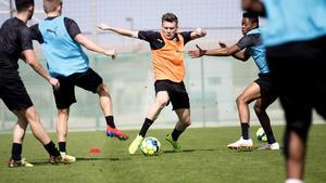 Allt tyder på att Jake Larsson kommer att skriva ett ÖSK-kontrakt och ingå i den allsvenska truppen den kommande säsongen. 20-åringen provspelar under Dubai-lägret efter ett år i Hammarbys verksamhet.