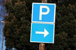 Fri parkering i två timmar - det kan hjälpa centrumhandeln, menar skribenten.