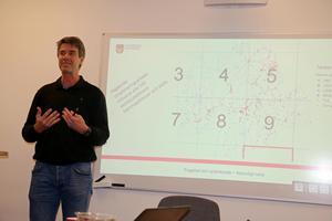 Jan-Åke Stolt-Karlsson, verksamhetsutvecklare på kultur- och bildningsnämnden i Lekebergs kommun, visade på en karta var alla de 530 elever bor som är berättigade till att åka skolbuss i Lekebergs kommun.