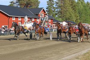 Första V5-loppet: Längst ut kommer Barbro Carlsson från Åland dundrande i gul dress och det blir korsdrag i kuponghögen sedan Show Time bjudit på sin underhållning och vunnit loppet.