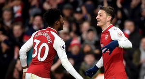 Mesut Özil firar efter 1–0-målet tillsammans med Aisnley Maitland Niles. (Joe Giddens/PA via AP)