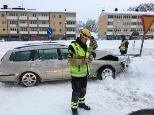 Räddningsledare och den krockade personbilen i Kramfors.