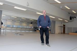 Storsatsningen uteblev. Men golvet i Falurummet är nyrustat för dans, visar Jocke Vredelius. Golvet kostade  kommunen 320 000 kronor.