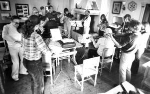 1979 besökte  ÖP Föllinge för att berätta om de folkmusikkurser som hölls för sjunde året i rad. Spelmän från hela landet kom till de populära sommarkurserna.