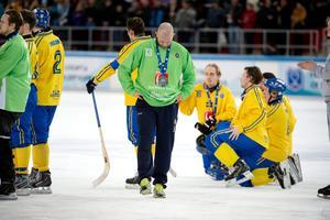 Sverige förlorade VM-finalen mot Ryssland i Chabarovsk 2015. Här är Andreas Bergwall med silvermedaljen. Bild: Jessica Gow / TT