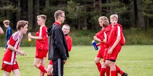 Piteå IF FF värmer upp inför sin första match i Hudik Cup – ledare på bilden är Niklas Berg.
