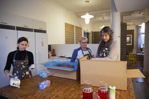 Handledaren Matilda Lind, husmor Lisbeth Olars Haglund och verksamhetschefen Lotta Nolander tar emot en leverans av närproducerat kött. Fontänhuset strävar efter en hållbar verksamhet.