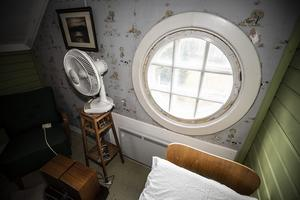 I hörnrummen på övervåningen är alla utrustade med ett runt och ett halvmånefönster.