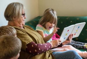 """""""En bok"""" heter den helt enkelt, den som Maj läser. Barnen gör som boken säger – trycker, vickar, blåser – och då händer det saker."""