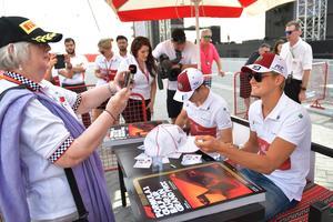 Charles Leclerc, t v, vann kampen över stallkompisen Marcus Ericsson. Men så har också Ferraritalangen prioriterats av teamet. Bild: TT