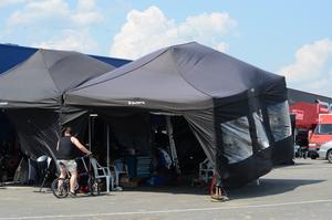 En plötslig vindpust fick en del tält i depån att gå till väders.