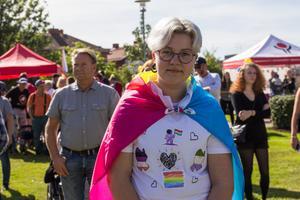 """Malin Norman har svept in sig i flaggan för pansexuella dagen till ära. """"Det här är en del av vad jag är. Jag är hbtq. Jag vill vara med på Pride för att förverkliga alla drömmar. Alla ska kunna vara som de är utan att folk kommenterar eller är elaka."""
