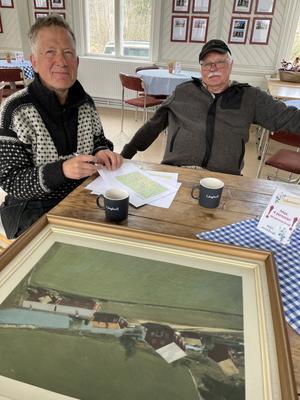 Nya projekt måste planeras och tänkas till om. Här pratar Lennart och Karl-Erik om olika vägval och möjligheter.