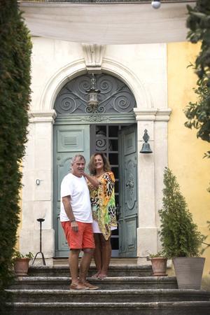Nycklarna till den stora fastigheten fick Ronald och Therese på Thereses födelsedag.