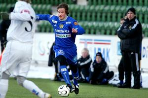 Linus Hallenius stormar fram – med den kontroversielle tränaren David Wilson i bakgrunden. Året var 2006. Bild: Nils Jakobsson