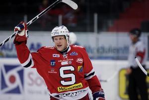 Hannes Hyvönen gjorde fullt godkända 17 poäng på 24 matcher i SSK. Men utanför isen var det rörigt. Foto: Bildbyrån