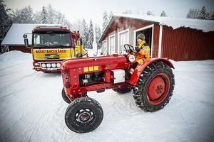 En specialdesignad traktor för att hjälpa förare som irrat sig iväg på en snöskoterled och fastnad kan vara bra att ha till hands ibland.