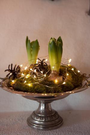 Överallt i huset står små stilleben och skapar härlig julstämning.