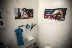 Notera den tidsenliga hårfönen på toaletten.