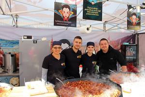 Rumänsk mat nytt för i år. Andreea Murzea, Vlad Murzea, Roxana Murzea och Szocs Csaba, från Rumänien, är med på Internationella matmarknaden i år.