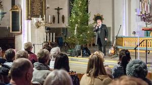 Den folkkäre finska artisten Joel Hallikainen fyllde Köpings kyrka på onsdagskvällen.