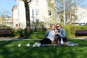 Albin Edlund firade sin födelsedag i parken tillsammans med Emma Dahlin.