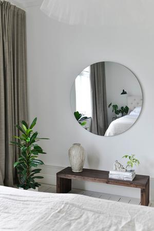 Den runda spegeln kommer från Confident Living. Foto: Helena Köhl
