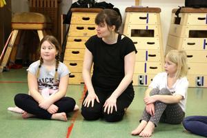 Linnea Törnblom som är danslärare på kulturskolan i Örebro berättar vad barnen ska göra.