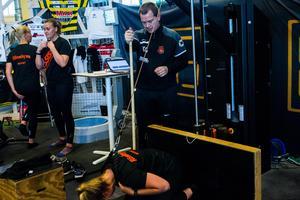 Kalle Granath övervakar en av övningarna. På datorn bakom honom kan han se exakt vilken kraft som spelaren använder i övningen – och därmed bedöma hur många repetitioner som är meningsfullt att göra.