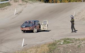 Tobias Svärd tittar besviken på sin bil efter att han tvingats bryta semifinalen.
