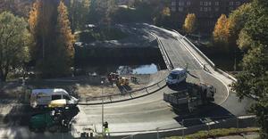 Så här såg det ut vid den provisoriska bron vid 14-tiden på torsdagen.