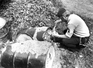 1980 skrev ÖP om hur polisen fick utreda ett miljöbrott i Svenstavik. En lastbil hade dumpat 14 tunnor med okänt innehåll vid en obebodd gård i Billsåsen. Polisinspektör Bo Nilsson fick ta prover för att utröna vad som fanns i tunnorna.