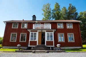 Familjens Libells gård ligger på Samhällsvägen i  Domsjö. Den stora tomten gör att besökarna lätt kan tro att man befinner sig en bra bit ut på landet och inte mitt i ett villaområde.