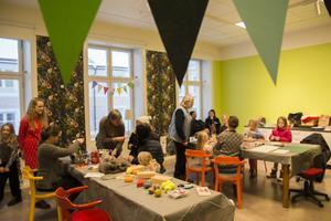 Övre Hälsinglands hemslöjdsförening bjöd in besökarna till bibliotekets nya aktivitetsrum.