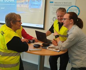 Från vänster diskuterar Kerstin Englund och samordnaren Per Söderberg med  Nord-Locks Kajsa Rasmusson. Foto: Olle Edlund