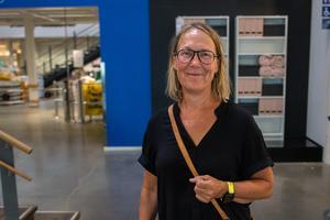 Rose-Marie Sellbom från Stockholm var i varuhuset i Birsta under torsdagen och passade på att ta en katalog.