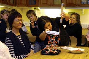 Udda tävling. Maria Johansson på Framtidsmuseet ledde byggandet av torn i gelé och med tandpetare. Non berättade att de högsta troner är byggda som en triangel.