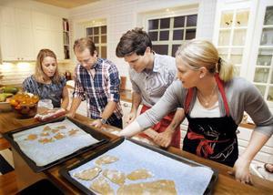 Stor koncentration runt pepparkakebordet. Anna, Emil, David och Helena kämpar för att få till så bra kakor som möjligt.