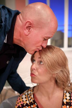 Thomas Petersson och Annika Andersson spelar ett par med utflugna barn i
