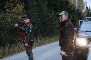 Joel Persson och Oskar Åsåker kollar hur vinden ligger, på väg mot Blacksåsbergets fot.