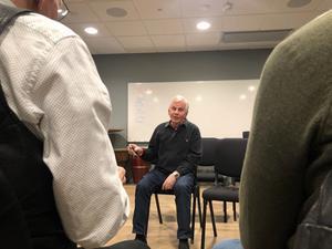 Ander Hägg håller i en munspelskurs på Scandic hotell.