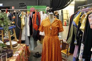 En klänning från 1950-talet såldes av en antikaffär i Örebro.