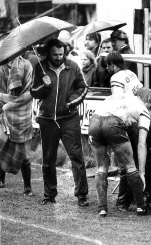 Från kvalet till division två hösten 1984. Torvallen i regn och blötsnö. Avgörande mot Karlstad BK på straffar. Tränaren Ola Ljungberg under paraplyet och till höger Lennart Hedström.