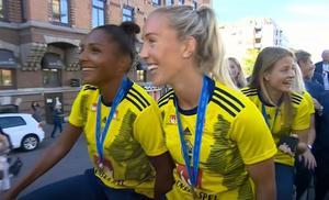 Janogy och Roddar på väg i kortege genom Göteborg till firandet på Götaplatsen. Foto: TV4